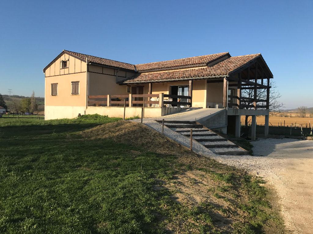 Maison 4 chambres, terrain 1Ha et box à chevaux.