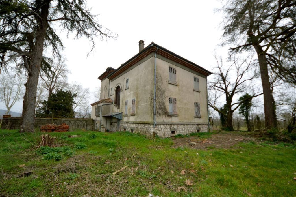 Maison 1930 cossue dans son état d'origine et dépendances importantes