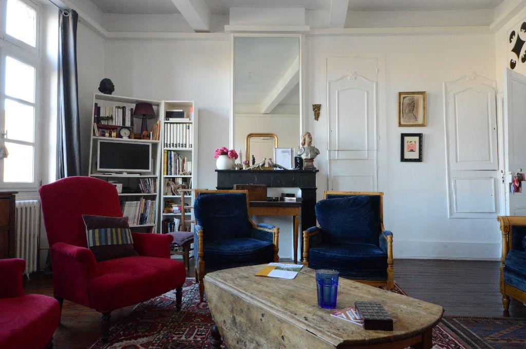 Grand Appartement ancien de caractère C-V tout à pieds