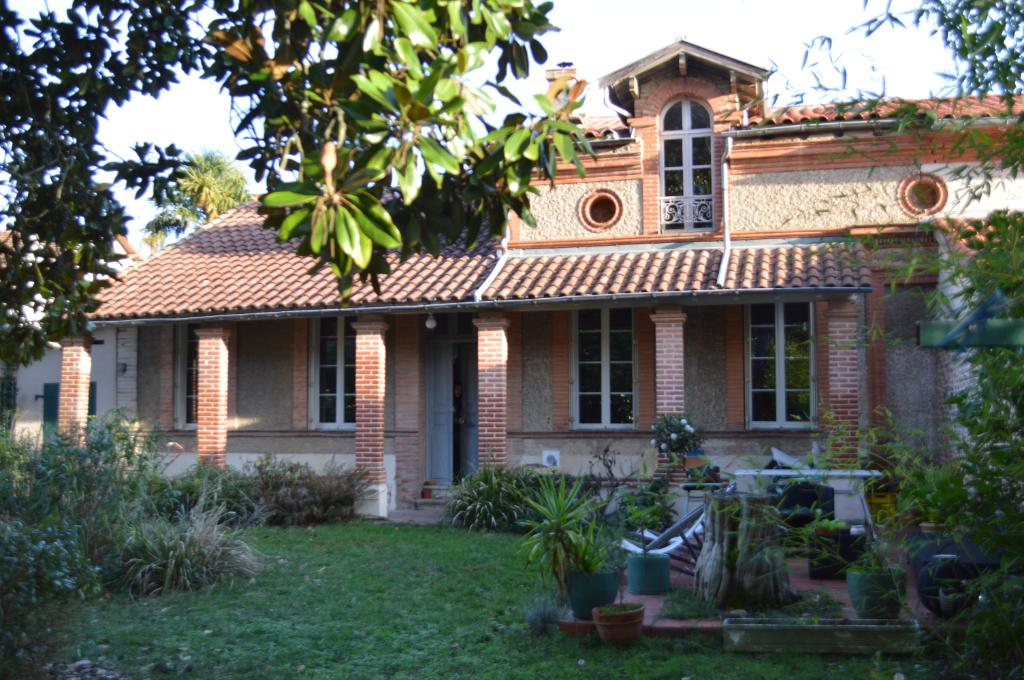 Authentique et charmante maison 1900, jardin garage en ville.